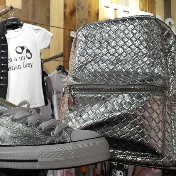 Zapatos plateados y mochila plateada